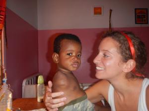 Samy regalando una sonrisa a un niño